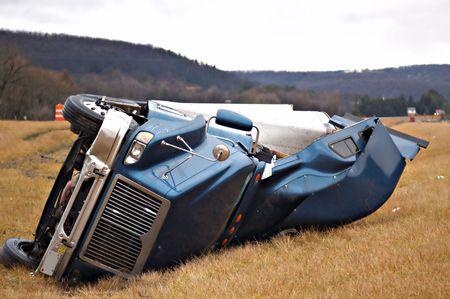 transporte de mercancia: Un tractor remolque de su lado en la mediana despu�s de un roll over accidente.  Foto de archivo