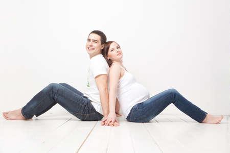 sexy pregnant woman: 幸せな家族は床に座っています。 写真素材