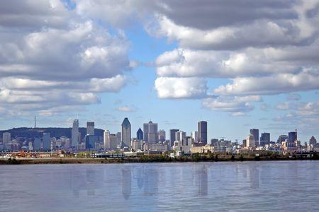 View Montreal da oltre il fiume Saint Laurent.