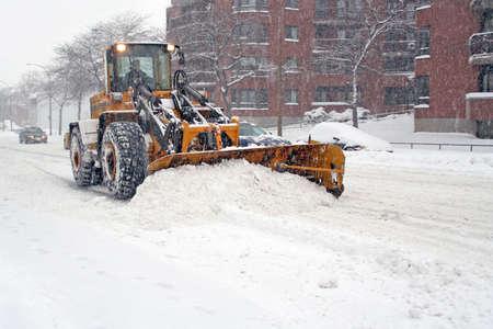 ploegen: Truck met schop verwijderen sneeuw.