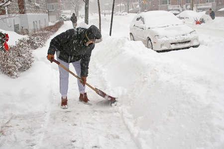 blizzard: Frau, die nach einem Schneesturm Schaufeln. Kanada.