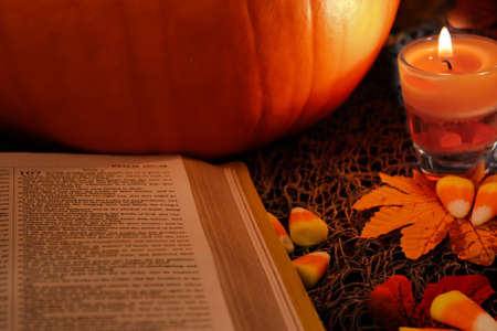 thanksgiving: Happy Thanksgiving and Holy Bible.