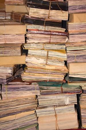 oficina desordenada: Apilar Archivos Retro de papeleo.