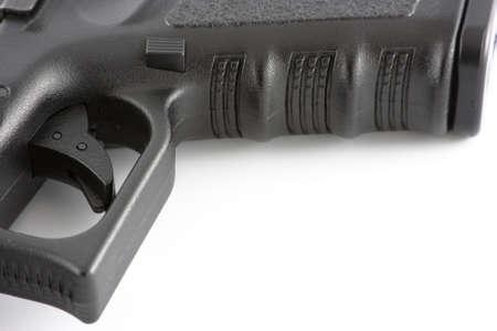 gatillo: Close up of desencadenador y empu�adura de pistola aislado