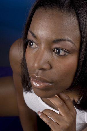 early 20s: 20s mujer americana africana temprana - tiros emocionales del retrato