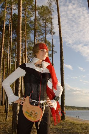 mujer pirata: Muchacha del pirata en una playa