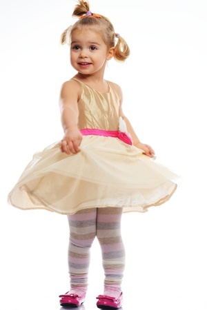 petite fille avec robe: Bonne petite fille en robe dorée isolé sur blanc Banque d'images