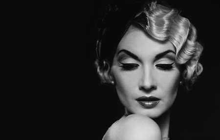 hairdo: Elegante donna bionda retr? indossando cappellino con bella acconciatura e rossetto rosso Archivio Fotografico
