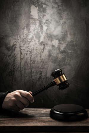 gerechtigkeit: Richters mit Holzhammer