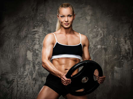 culturista: Hermosa mujer culturista muscular con pesas Foto de archivo