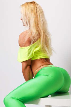 hintern: Sexy blond sportlich Frau im grünen Leggings