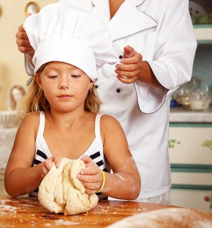 haciendo pan: Cocine ayudar a su pequeño protegido cocinar repostería casera