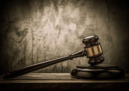 jurado: Martillo de juez de mesa de madera Foto de archivo
