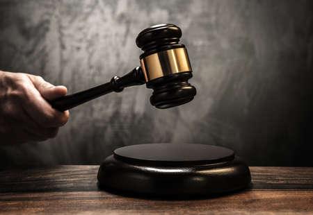 derecho penal: La celebración de martillo de madera del juez