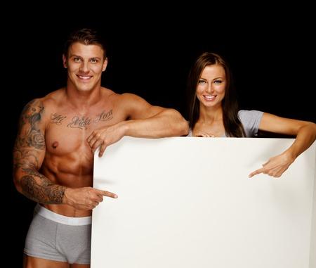m�nner nackt: Mann mit muskul�sen Oberk�rper und t�towierte Frau mit leeren schwarzen Brett
