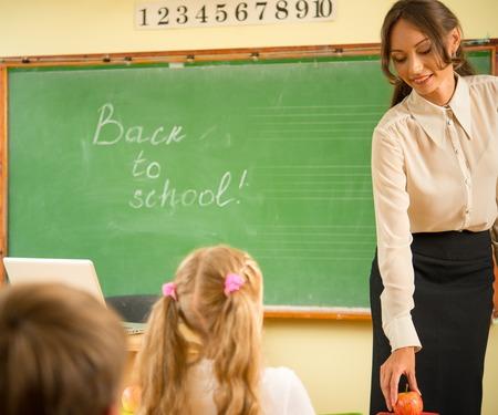 maestra preescolar: Profesor hermoso joven delante de una clase Foto de archivo
