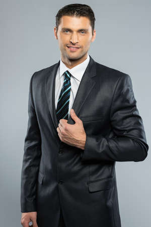 traje sastre: Apuesto hombre bien vestido en traje negro y corbata Foto de archivo