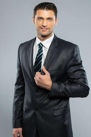 işadamları: Siyah takım elbise ve kravat iyi giyimli yakışıklı bir adam