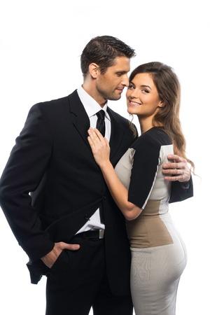 donne brune: Bella coppia giovane in giacca e abito isolato su bianco