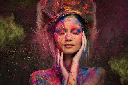 Mladá žena múza s kreativní zdobení těla a účes Reklamní fotografie