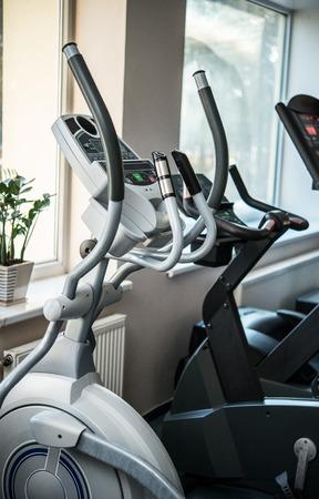 eliptica: Las máquinas de ejercicio en un club de fitness Foto de archivo