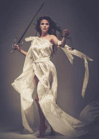 gerechtigkeit: Femida, die Göttin der Gerechtigkeit, mit Waage und Schwert
