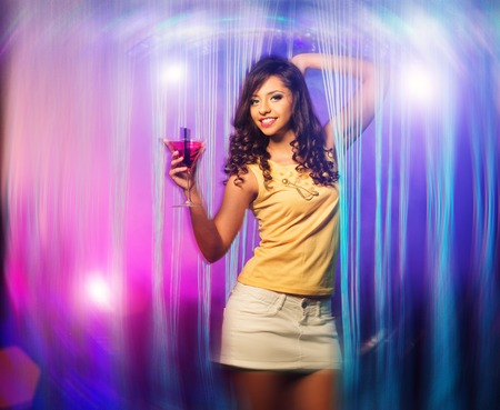 falda corta: Hermosa mujer morena joven en el baile de la falda corta en el club de noche Foto de archivo