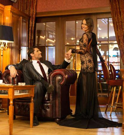 mujeres elegantes: Elegante pareja en traje formal en el interior de la cabina de lujo Foto de archivo