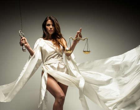 toga: Femida, diosa de la justicia, con la balanza y la espada