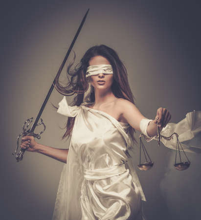 augenbinde: Femida, die G�ttin der Gerechtigkeit, mit Waage und Schwert tr�gt Augenbinde