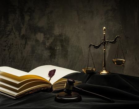 autoridad: Escalas y martillo de madera sobre el manto de juez
