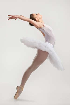 bailarina de ballet: Joven bailarina bailarina en tutú realizar en pointes