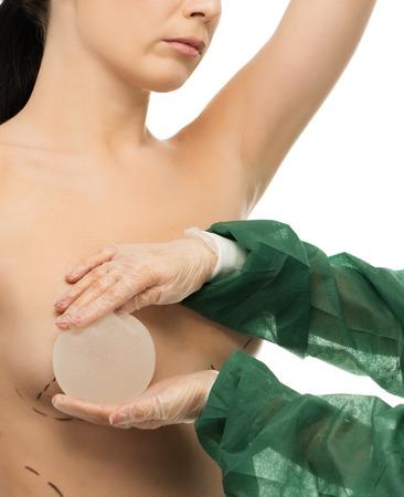 beaux seins: Plastique femme chirurgien essayer implant mammaire en silicone sur le client