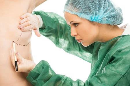 seni: Donna del chirurgo plastico disegno su linee del corpo per il funzionamento protesi al seno Archivio Fotografico