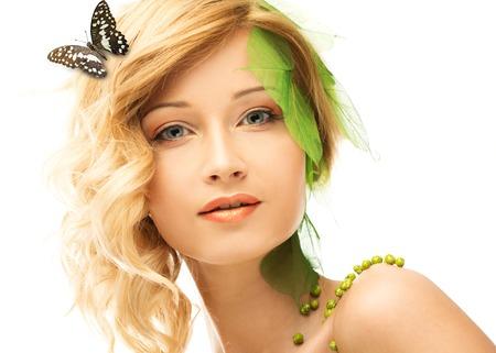 donna farfalla: Sogno della donna giovane in costume primavera concettuale con farfalla