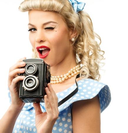 pin up vintage: Stile coquette bionda pin up giovane donna in abito blu con la macchina fotografica d'epoca