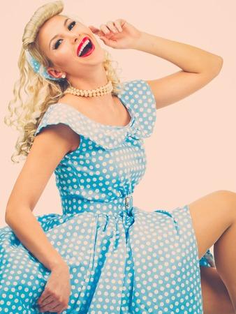 coquete: Sexy coquette blond pin up estilo jovem em vestido azul