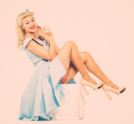 coquete: Estilo pin up coquette loira sexy jovem mulher no vestido azul