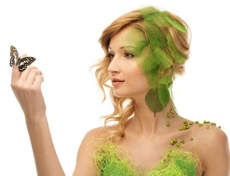 donna farfalla: Bella giovane donna in costume concettuale primavera con la farfalla sulla sua mano Archivio Fotografico
