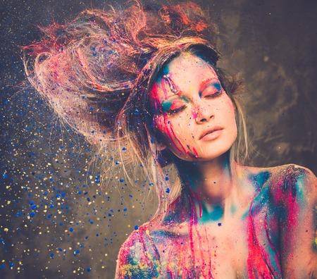 maquillaje de fantasia: Musa joven mujer con arte corporal creativo y peinado