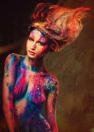 body paint: Musa joven mujer con arte corporal creativo y peinado
