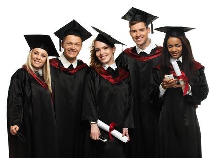 graduacion de universidad: Multi etnia de los jóvenes estudiantes graduados aislados en blanco Foto de archivo