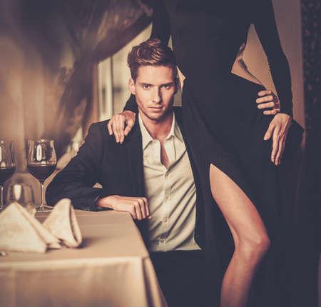 mujeres elegantes: Sexy joven pareja bien vestida en el interior de lujo