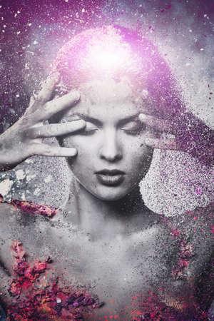 mente: Fragilidad de un arte del cuerpo conceptual criatura humana en una mujer