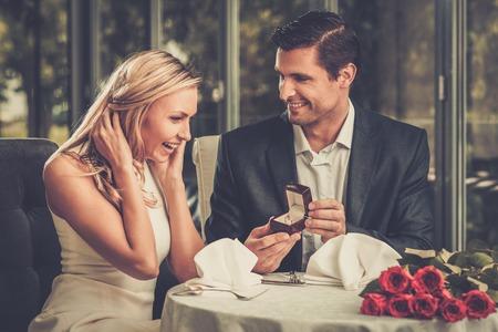 Mann hält Box mit Ring machen um seine Freundin Standard-Bild