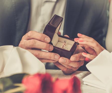 anillo de compromiso: Hombre que sostiene la caja con la toma de anillo proponer matrimonio a su novia Foto de archivo