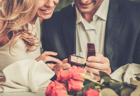 男は指輪を作る彼のガール フレンドを提案する持株ボックス 写真素材