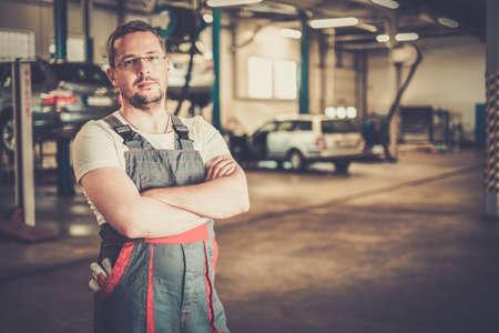garage automobile: Militaire dans un atelier de voiture Banque d'images