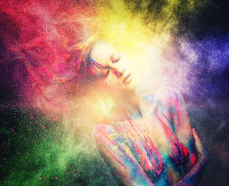 blow: Donna con l'arte musa corpo creativo e acconciatura in esplosione polvere colorata
