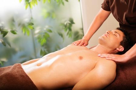 homme massage: Bel homme ayant massage dans le spa salon